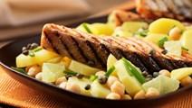 Skindstegt laks og kartoffel-limefad