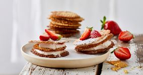 Sprøde kager med jordbærflødeskum