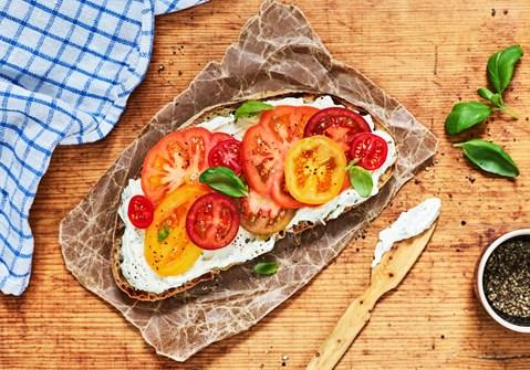 Smørrebrød med flødeost og tomat