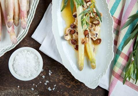 Dampede hvide asparges med brunet smør, nødder og estragon