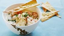 Hvidløgssuppe med laks og sprøde pastakiks