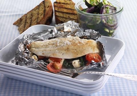 Fisk i pakker og grøntsager på grill