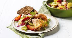 Kyllingelår og lun kartoffelsalat med blommer og fennikel