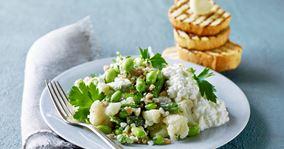 Perlespeltsalat med grillede hvidløgsbrød
