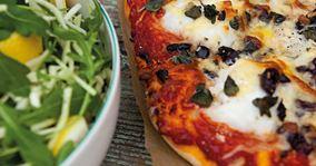 Pizza med torsk og oliven