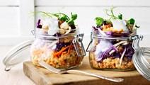 Linsesalat med kål, rodfrugter og brødcroutoner