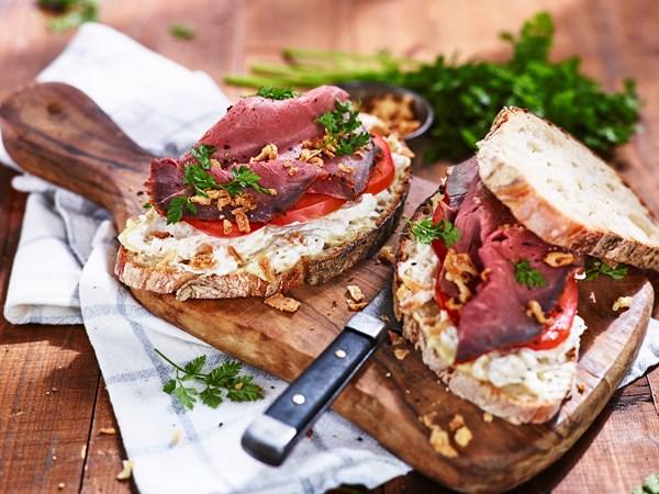 Sandwich med surkål og roastbeef
