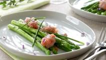 Grønne asparges med rørt stenbiderrogn
