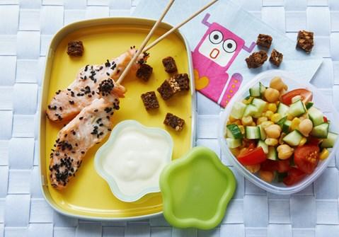 Laksespyd med salat og sprøde rugbrødscroutoner