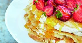 Pandekagelagkage med jordbær og appelsinsirup