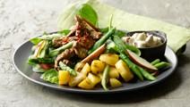 Salat med spicy oksekød og æbledressing