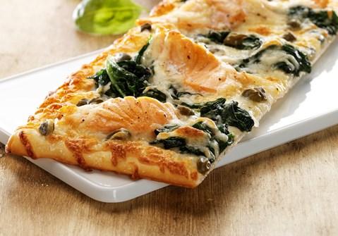 Pizza med laks og spinat