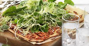 Grov pizza med tomat, bacon og kålsalat