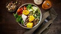 Paneerbowl med citronmarinerad zucchini och pistagenötter