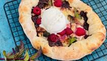 Dessertpizza med chokolade og hindbær