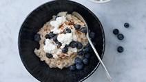 Havregrød med hytteost, blåbær og kanel