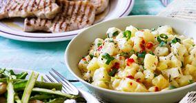 Koteletter med sprødstegte grøntsager og chilikartofler