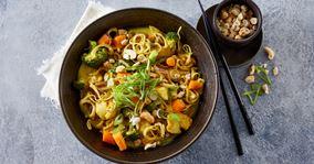 Wok med kylling, nudler og grøntsager