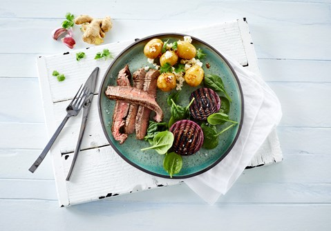 Grillet flanksteak med marinerede kartofler
