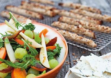 Ost med frugtsalat og nøddecroutoner