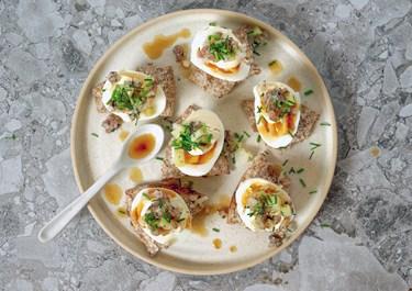 Ägghalvor med gubbröra och brynt smör