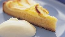 Æblekage med bagt creme