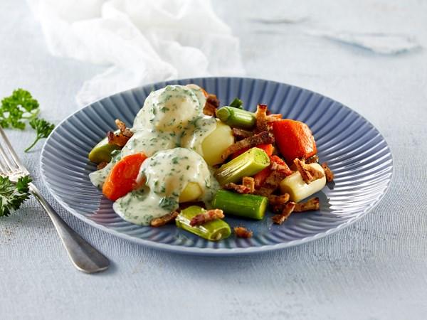 Grøntsager med persillesovs og stegt flæsk