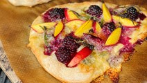 Dessertpizza med ost og nektariner