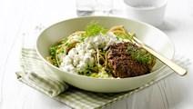 Spaghetti med grøntsager, bøffer og hytteost