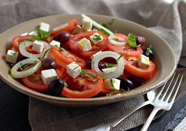 Tomatsalat med hvid ost og oliven