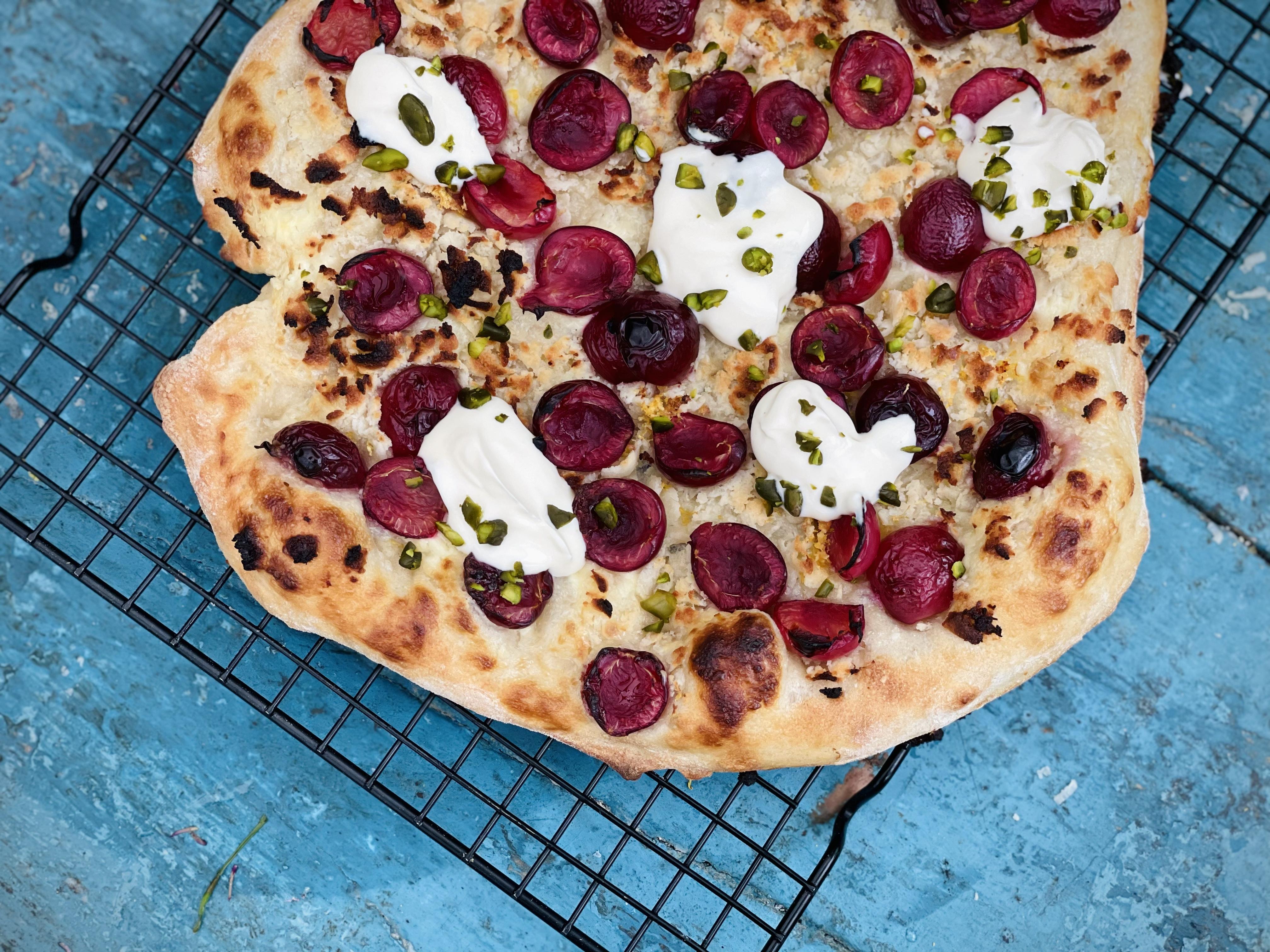 Dessertpizza med kirsebær og maripan