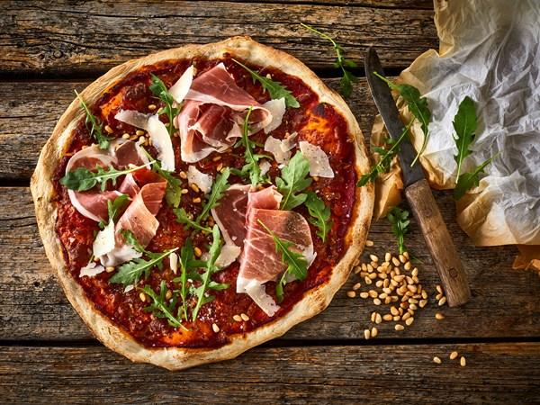 Pizza med skinke og rucola
