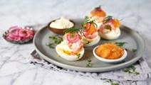 Lyxiga ägghalvor med löjrom, smetana och räkor