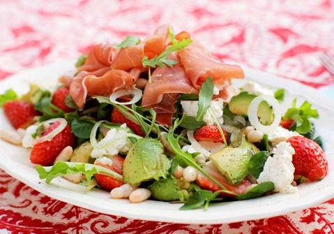 Salat med skinke og jordbær