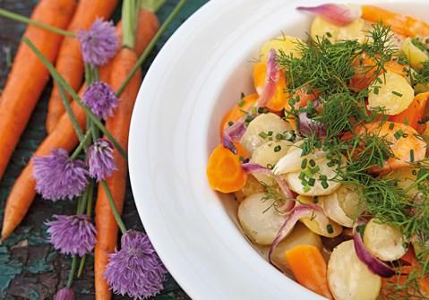 Varm kartoffelsalat med gulerødder