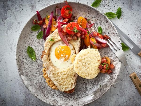 Åben toast med æg, bacon og ost