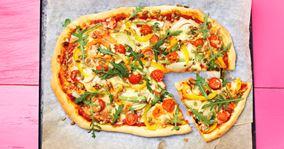 Pizza med spæde grøntsager