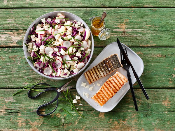 Grillet laks med sprød salat