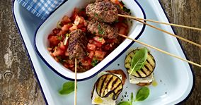 Hakket oksekød på spyd med auberginetoast og tomatsalsa