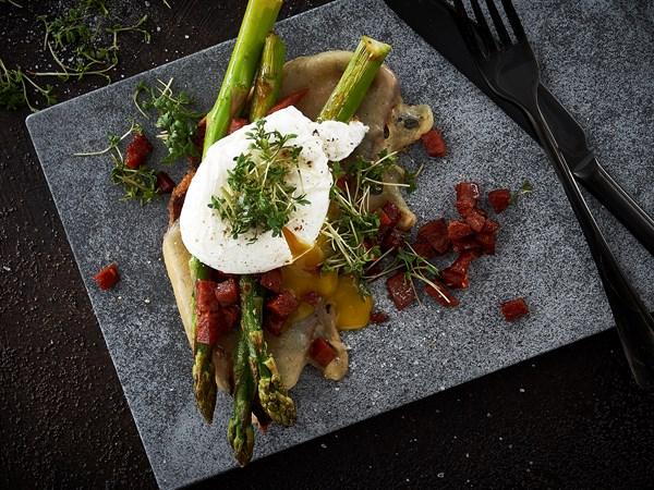 Søndagstoast med chorizo og pocheret æg