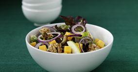 Salat med æbler, ost og dadler
