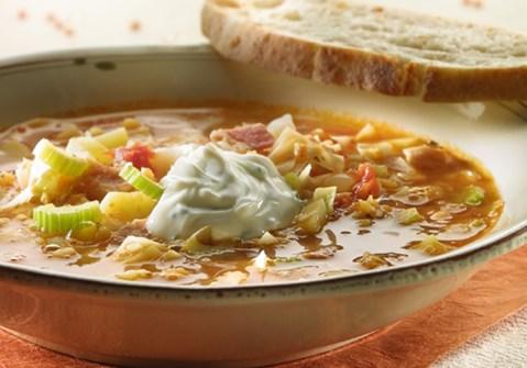 Suppe med hvidkål og tomat