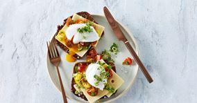 Ristet rugbrød med ost, tomatsalsa og pocheret æg
