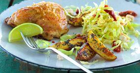 Kyllingelår, bagte kartofler og spidskålsalat